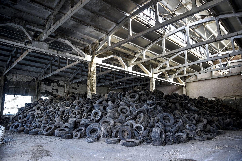 Gaisras padangų perdirbimo įmonėje sujaukė daugybę gyvenimų.<br>V.Ščiavinsko nuotr.
