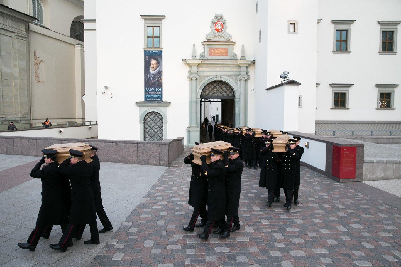 1863-1864 metų sukilimo vadų ir dalyvių valstybinių laidotuvių ceremonija. Katedros aikštė.<br>T.Bauro nuotr.