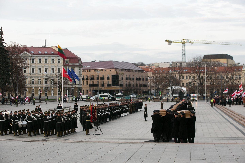 1863-1864 metų sukilimo vadų ir dalyvių valstybinių laidotuvių ceremonija. Katedros aikštė.