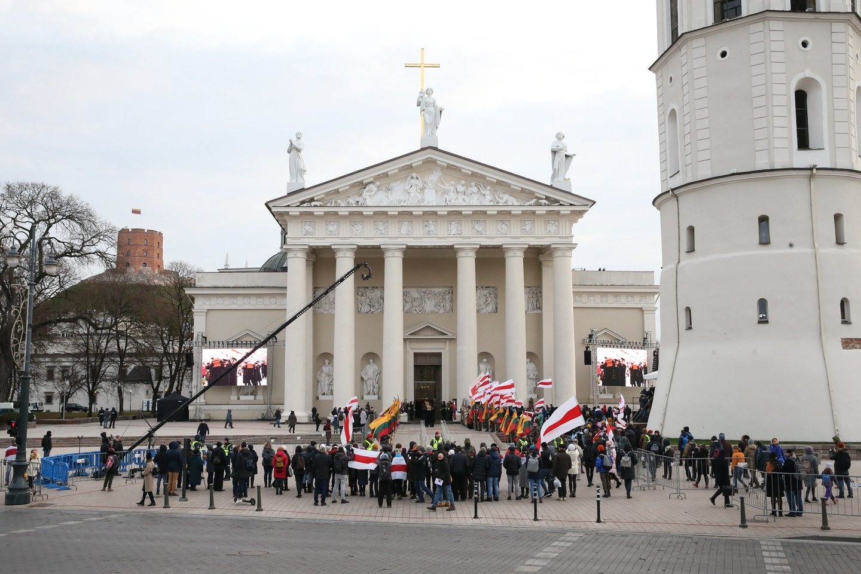 1863-1864 metų sukilimo vadų ir dalyvių valstybinių laidotuvių ceremonija. Karstų įnešimas į Katedrą.<br>R.Danisevičiaus nuotr.