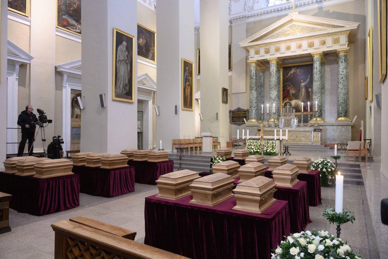 1863-1864 metų sukilimo vadų ir dalyvių valstybinių laidotuvių ceremonija. Karstų įnešimas į Katedrą.<br>V.Skaraičio nuotr.