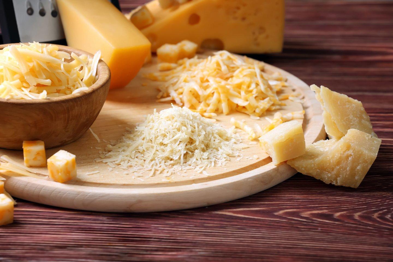 Stenkitės nepirkti iš anksto sutarkuoto sūrio – geriau tarkuokite patys.<br>123rf nuotr.