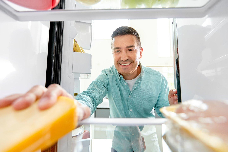 Nevalgykite sūrio, ką tik ištraukto iš šaldytuvo.<br>123rf nuotr.