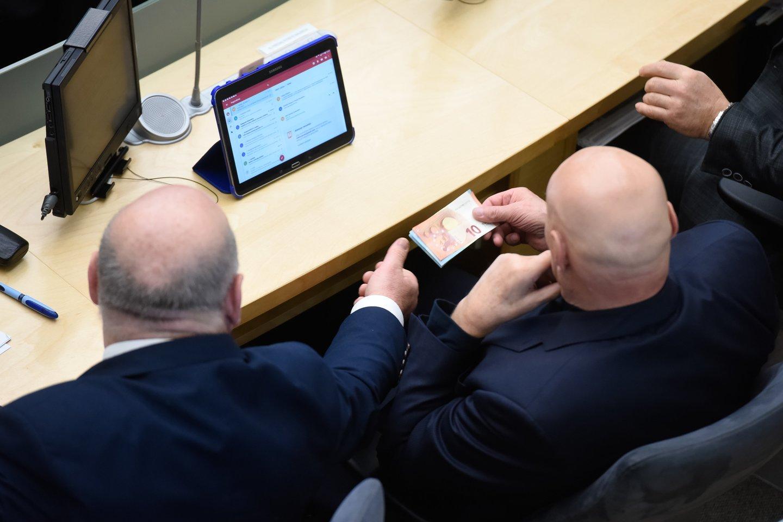 Tik nuo kitos Seimo kadencijos Mišrios Seimo narių grupės narys Povilas Urbšys siūlo taikyti planuojamą padidinti valstybės politikų pareiginės algos bazinį dydį.