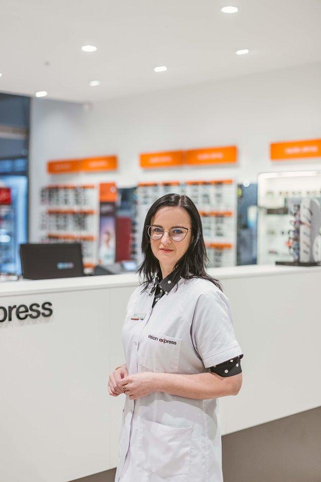 """Optikų tinklo """"Vision Express"""" optometrininkė Božena Kuftin."""
