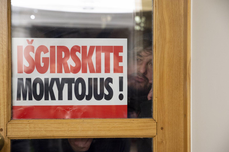 Pernai streikuojantys mokytojai ir nakvojo ministerijoje.<br>V.Ščiavinsko nuotr.