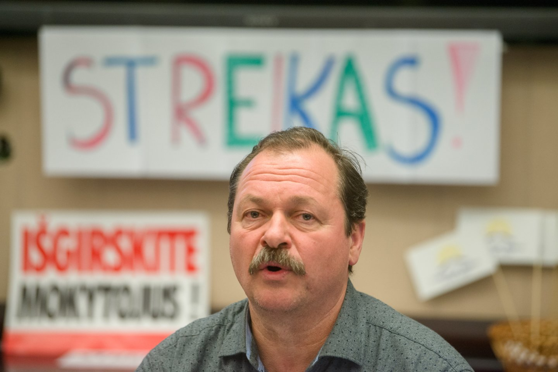 Pernai streikavę mokytojai netgi užėmė Švietimo ir mokslo ministeriją, kur įsikūrę gyveno.<br>J.Stacevičiaus nuotr.