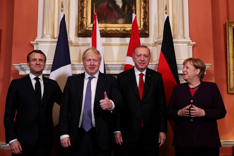 Jungtinės Karalystės, Kanados, Prancūzijos ir Nyderlandų lyderiai per priėmimą Bakingamo rūmuose buvo nufilmuoti pašiepiantys JAV prezidento Donaldo Trumpo ilgus pasirodymus žiniasklaidai prieš NATO viršūnių susitikimo trečiadienio renginius.<br>Reuters/Scanpix nuotr.