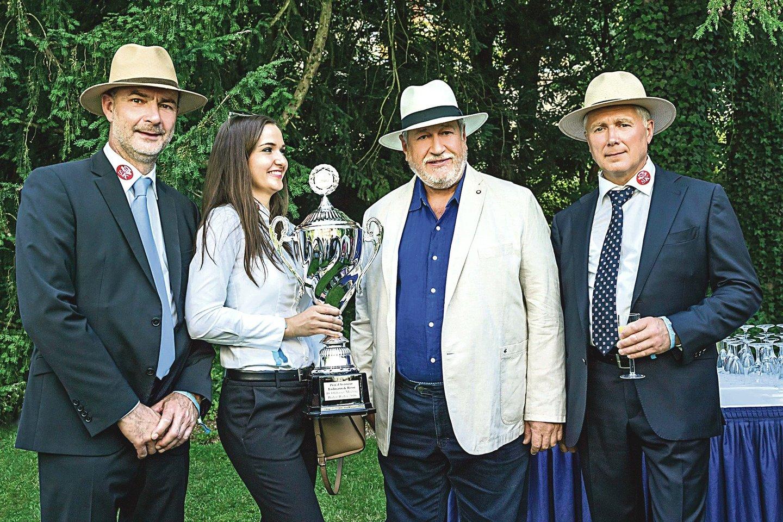 Po senovinių automobilių parodas važinėjo aistringo kolekcininko S.Karoso (antras iš dešinės) suburta tarptautinė komanda (iš karės) – prancūzas E.Bacquet, vokietė M.Becker ir restauratorių vadovas lietuvis A.Šapoka.<br>V.Grigo nuotr.