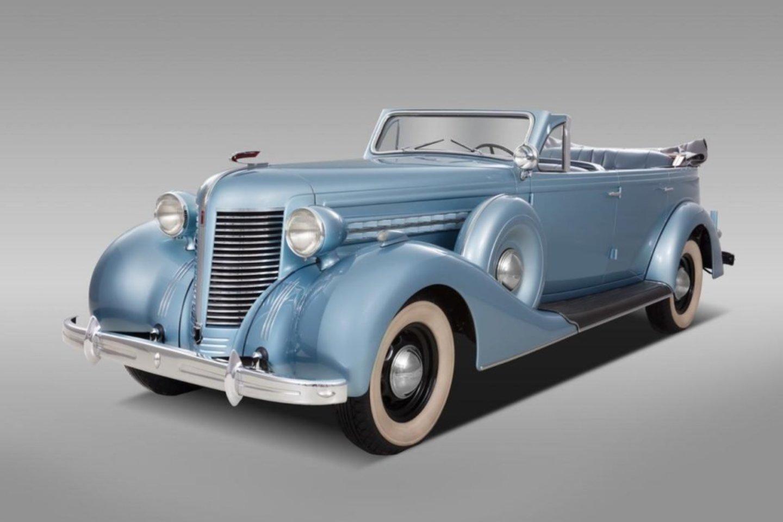 Tokie automobiliai ZIS 102A buvo pagaminti tik du, bet neišliko nė vieno. Vilniečiai restauratoriai pagal išlikusius brėžinius atkūrė šį vienetinį modelį.<br>V.Grigo nuotr.