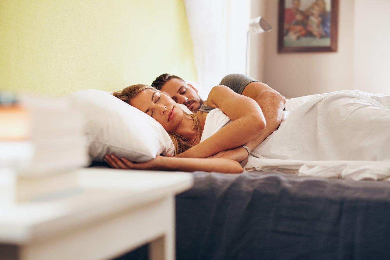 Miego specialisto Jimo Horne'o teigimu, moterys linkusios daryti daug darbų vienu metu, todėl jos labiau pavargsta ir jų miego poreikis yra didesnis.<br>123rf nuotr.