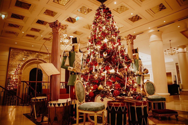 """Viešbučio """"Grand Hotel Kempinski Vilnius"""" dekoracijos.<br>Dariaus Jokubausko nuotr."""