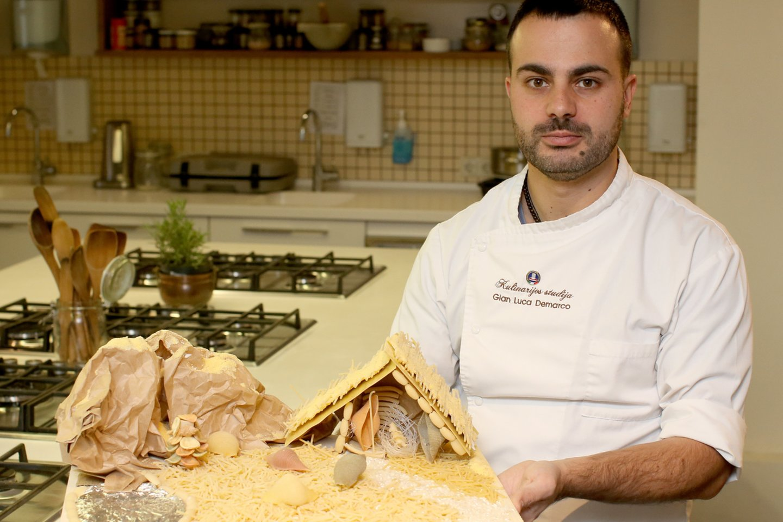 Gianas Luca Demarco pagamino prakartėlę iš makaronų.<br>R.Danisevičiaus nuotr.