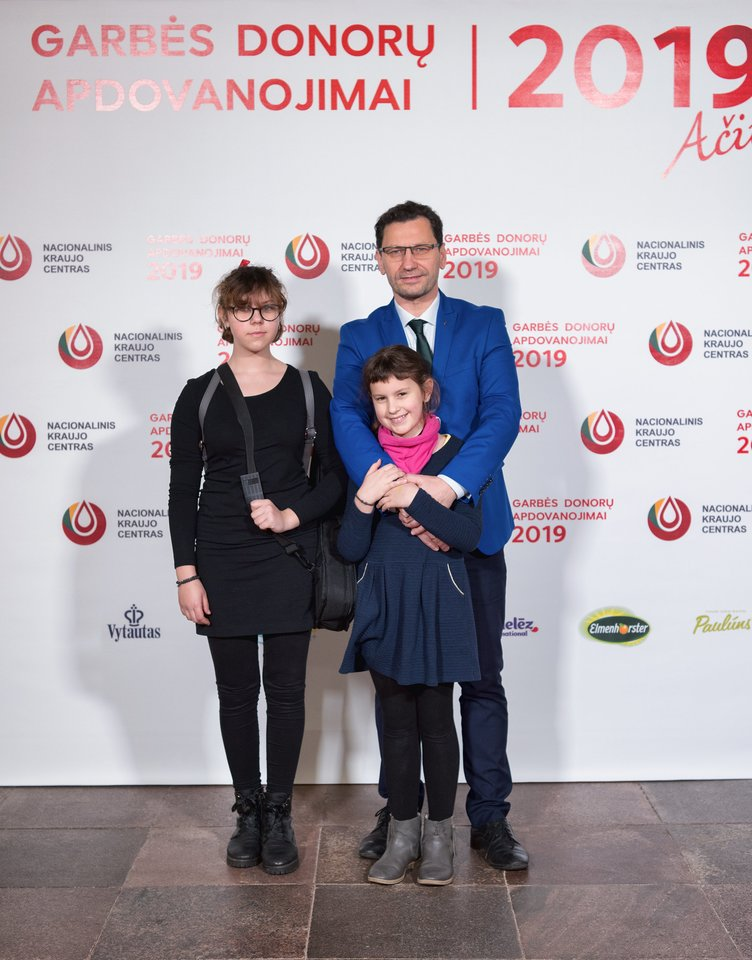 Robertas Šarknickas su dukrelėmis