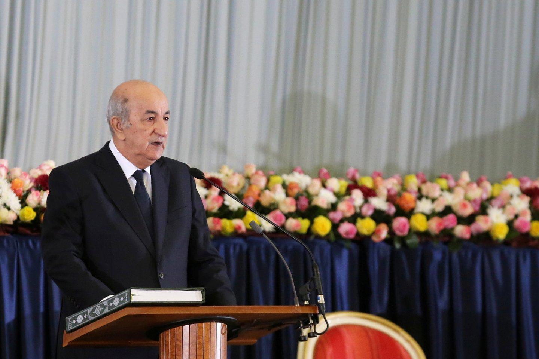 """Protestų krečiamame Alžyre ketvirtadienį Abdelmadjidas Tebboune'as buvo inauguruotas naujuoju šalies prezidentu.<br>""""Reuters""""/""""Scanpix"""" nuotr."""