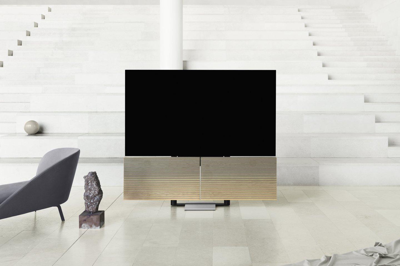 Iš ąžuolo ir aliuminio pagamintos užsklandos, kuriose telpa garso sistema, prasiskleidžia, ir ekranas pakyla į žiūrėti tinkamiausią aukštį.<br>Gamintojų nuotr.