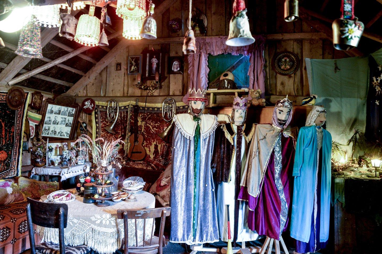 M.Pelėdienės daržinės pasienyje šviečia žmogaus ūgio Trijų Karalių statulos, aprengtos blizgančiais drabužiais. Tai – 85 metų senolės kūryba.<br>V.Ščiavinsko nuotr.