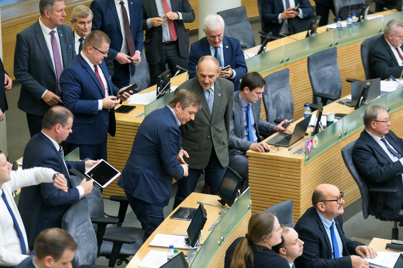Pateikiame statistiką, kaip Seimo rudens sesijoje darbavosi parlamentarai: kaip dažnai dalyvavo posėdžiuose ir kokių teisės aktų projektų pasiūlymų individualiai bei grupėse pateikė.<br>T.Bauro nuotr.