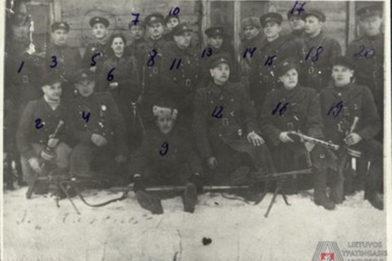 Kęstučio apygardos ir Žemaičių apygardos štabo apsaugos Kęstučio kuopos partizanai: nr. 3 pažymėtas Kęstučio apygardos kuopos vadas Jonas Kentra-Rūtenis (žuvo 1951 m. spalio mėn.); nr. 12 pažymėtas Rūtenio kuopos partizanas Juozas Kentra-Tauras (žuvo 1949 m. spalio mėn.); nr. 19 pažymėtas Rūtenio kuopos partizanas [Leonas] Kentra-Sakalas (žuvo 1949 m. spalio mėn.).<br>Ypatingojo archyvo nuotr.