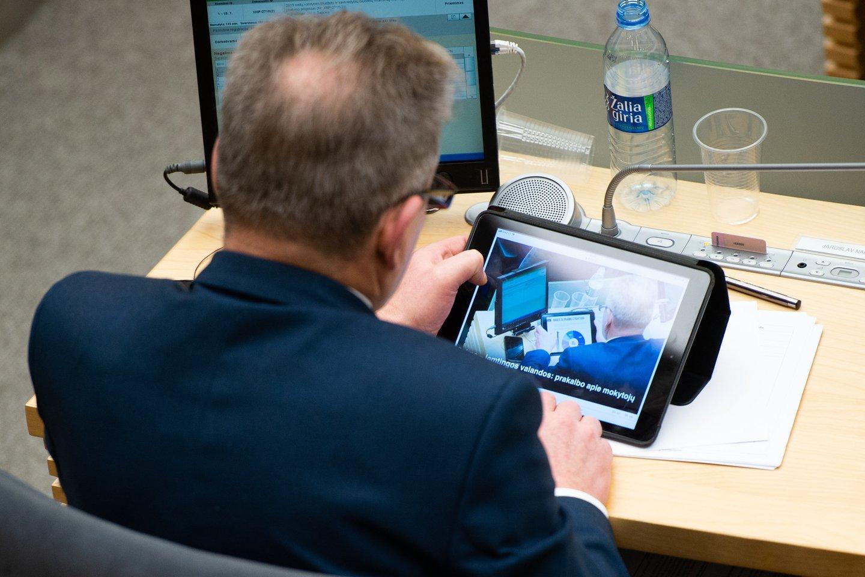 Seime naudojasi kompiuteriu.<br>T.Bauro nuotr.