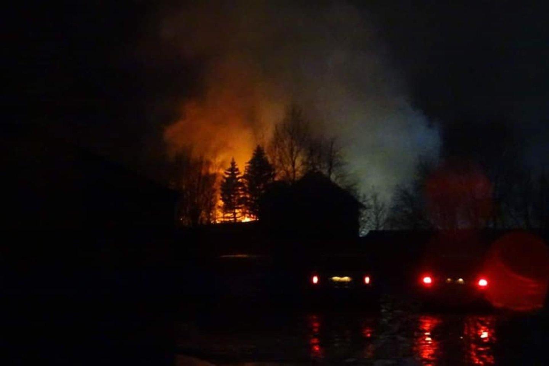 """Gausios ugniagesių pajėgos vėlų sekmadienio vakarą skubėjo į gaisrą Šilutės mieste.<br>""""Šilutės naujienos"""" nuotr."""