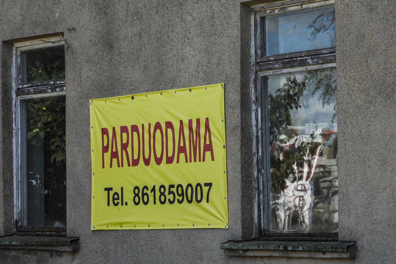 2018 metų rudenį nukentėjusioji nusprendė įsigyti namą Šiaulių rajone, tačiau jai trūko pinigų visai pardavimo sumai padengti. Pagalbos ji paprašė vieno pažįstamo nekilnojamojo turto bendrovės direktoriaus, kuris pažadėjo trūkstamą sumą pinigų paskolinti kaip fizinis asmuo.<br>V.Ščiavinsko nuotr.