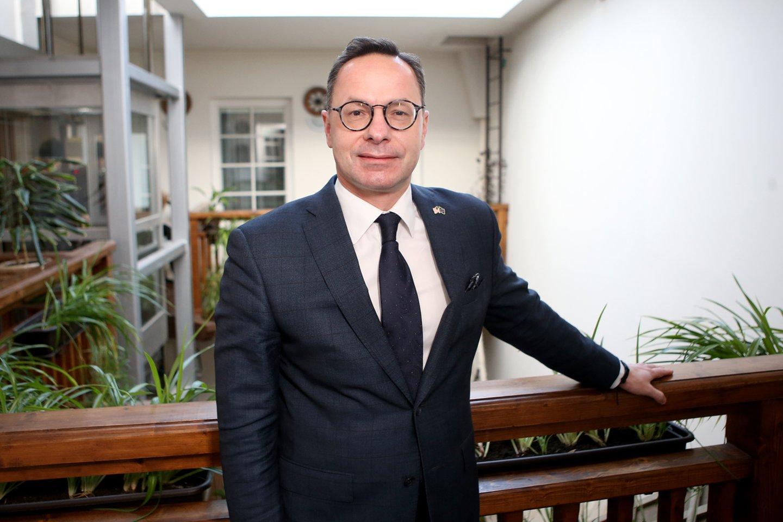 """Ž.Pavilionis: """"Norėčiau gyvenimą susieti su moterimi, kuri suprastų mano misiją ir tai, koks svarbus man darbas.""""<br>R.Danisevičiaus nuotr., fotografuota viešbutyje """"Angel"""" Vilniuje."""