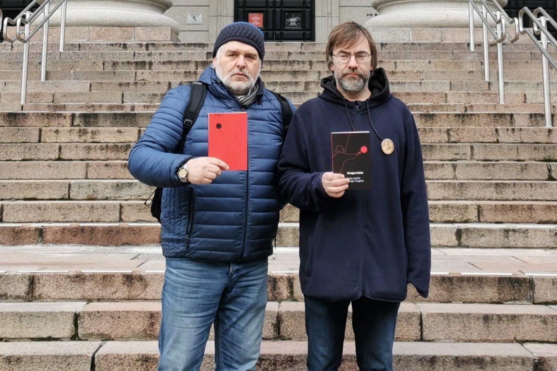 """Knygos """"Mazgai mazgeliai"""" vertėjas Tadas Žvirinskis (kairėje) ir iliustruotojas Vidas Poškus.<br>Leidėjų nuotr."""