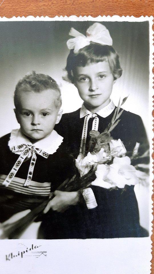G.Nausėda su penkeriais metais vyresnė seserimi Vilija.<br>Nuotrauka iš asmeninio archyvo.