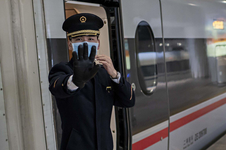 Kinijoje išplitęs koronavirusas pasiekė ir JAV, ir Europą.<br>Scanpix/AFP nuotr.