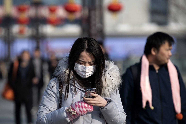Kinijoje išplitęs koronavirusas pasiekė ir JAV, ir Europą.<br>AFP/Scanpix nuotr.