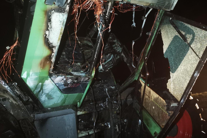 Šilutės r. liepsnoja traktorius: į nelaimės vietą išskubėjo ugniagesiai.<br>Lrytas.lt nuotr.