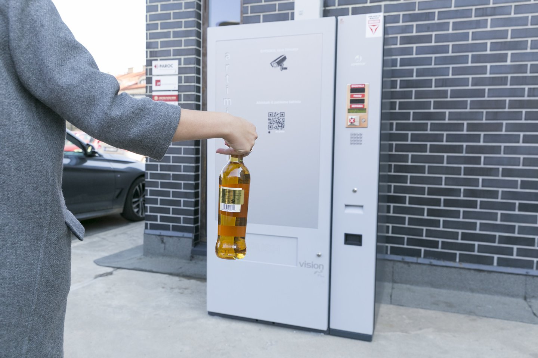 """Verslininkams apeinant alkoholio prekybos ribojimus, Vyriausybė ketina pritarti siūlymui sugriežtinti vadinamųjų alkoholio """"paštomatų"""" veiklą – juose bus galima pasaugoti gėrimus, tačiau nebus galima jų atsiimti tuo metu, kai draudžiama prekyba alkoholiu.<br>T.Bauro nuotr."""