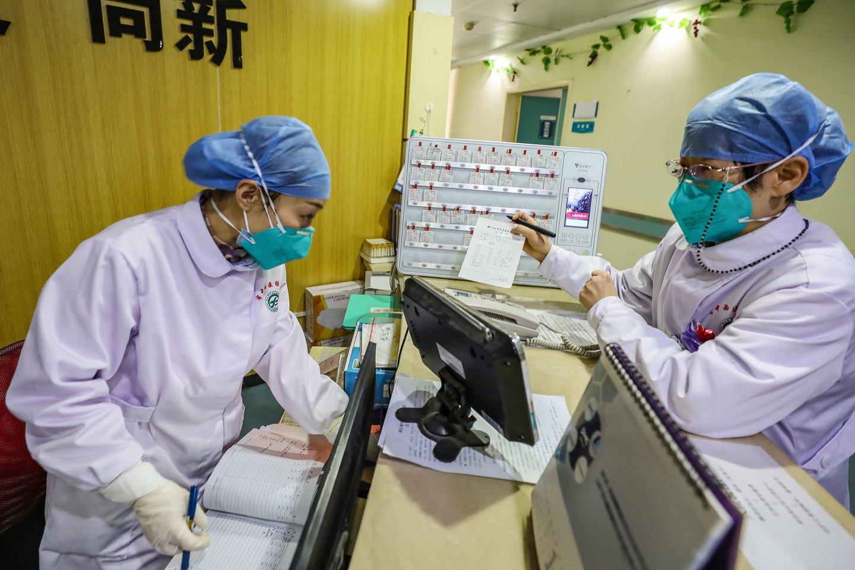 Kinijoje išplitęs naujas koronavirusas pasižymi vidutiniškai 5,2 paros inkubaciniu laikotarpiu, apimančiu laiką nuo užsikrėtimo iki pirmųjų simptomų pasireiškimo.<br>AFP/Scanpix nuotr.