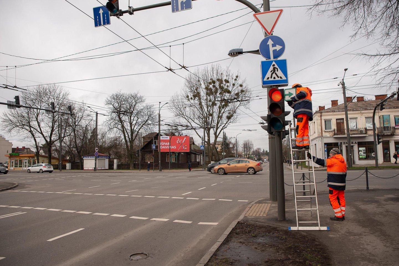 Vienuolikoje Kauno miesto sankryžų pradėtos grąžinti lentelės su žaliomis rodyklėmis.<br>Kauno miesto savivaldybės nuotr.