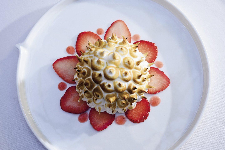 Desertas: pavlova su vaniliniu kremu, braškių želė, cukruje mariuotomis braškėmis bei uogų šerbetu.<br>V. Skaraičio nuotr.