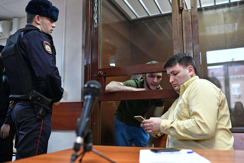 Rusijos pareigūnai sulaikė kelis pokštautojus, kurie viešumoje imitavo viruso simptomus ir vaidino, kad alpsta metro stotyje.<br>TASS/Scanpix nuotr.