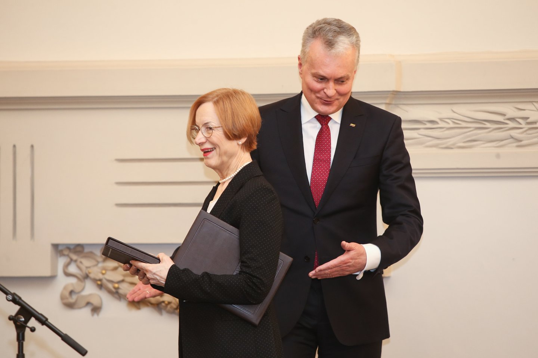 Prezidentas tautosakininkei Nijolei Laurinkienei įteik4 Nacionalinę Jono Basanavičiaus premiją.<br>R.Danisevičiaus nuotr.