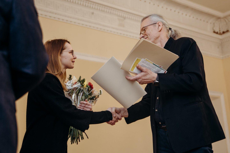 S.Valius sveikina V.Žumbakytę.<br>M.Endriuškos nuotr.