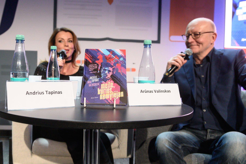 """Andriaus Tapino ir Ingos Valinskienės romano """"Meilė, kurios nemylėjau"""" pristatymo akimirka.<br>V.Skaraičio nuotr."""