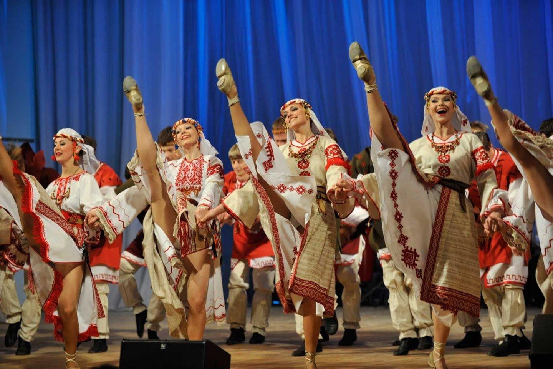 Baltarusijos šokėjos įvaldžiusios ir kankaną.<br>Organizatorių nuotr.