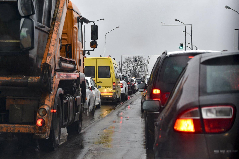 """Net kelyje važiuojant leidžiamu greičiu avarijos metu saugos diržai yra vienintelis """"saugiklis"""", užkertantis kelią mirtinai kaktomušai ar kritinėms traumoms.<br>V.Ščiavinsko nuotr."""