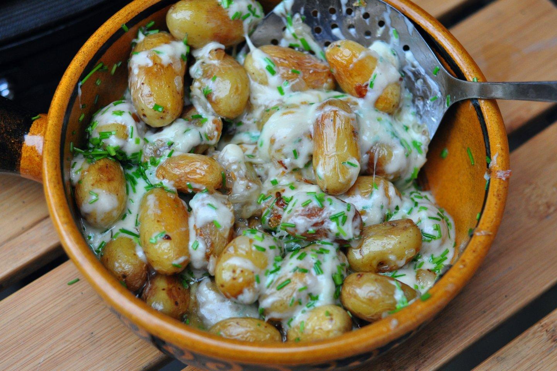"""Šviežios bulvytės su sūriu.<br>NUotr. iš """"Kristupo Krivicko BBQ užrašai""""."""