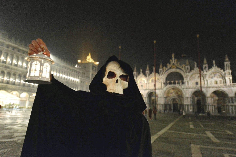"""Venecijoje vykusios tradicinės Maro gydytojų eitynės atrodė makabriškai, kai mirusiųjų nuo koronaviruso skaičius visame pasaulyje vis augo.<br>AFP/""""Scanpix"""" nuotr."""