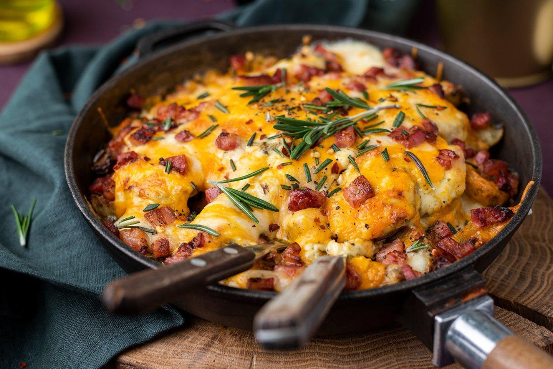 """Sūriu apkeptos česnakinės bulvytės su šonine.<br>""""Saulėta virtuvė"""" nuotr."""