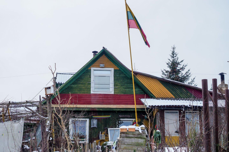 Yra kiemų ir pastatų, ant kurių trispalvės ar Lietuvos istorinės vėliavos su Vyčiu plevėsuoja nuolat.<br>V.Ščiavinsko nuotr.