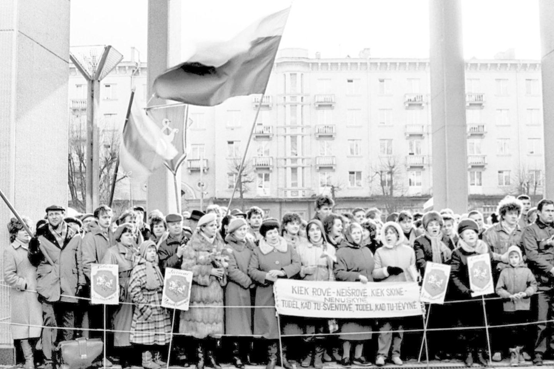 1990.KOVO 11-oji AT.Lauke prie rūmų.<br>P.Lileikio nuotr.