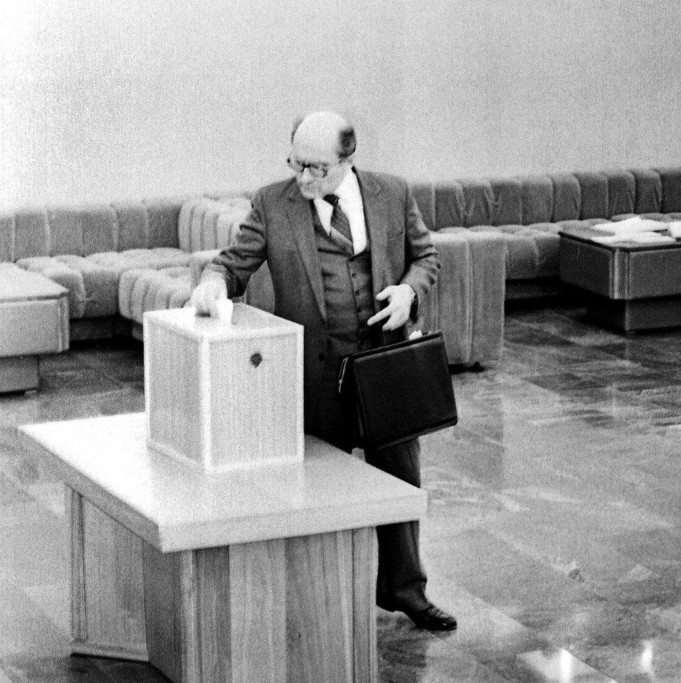 1990 kovo 11-oji.Lietuvos Nepriklausomybės atkūrimo diena.Tos dienos įvykiai.Česlovas Kudaba<br>P.Lileikio nuotr.