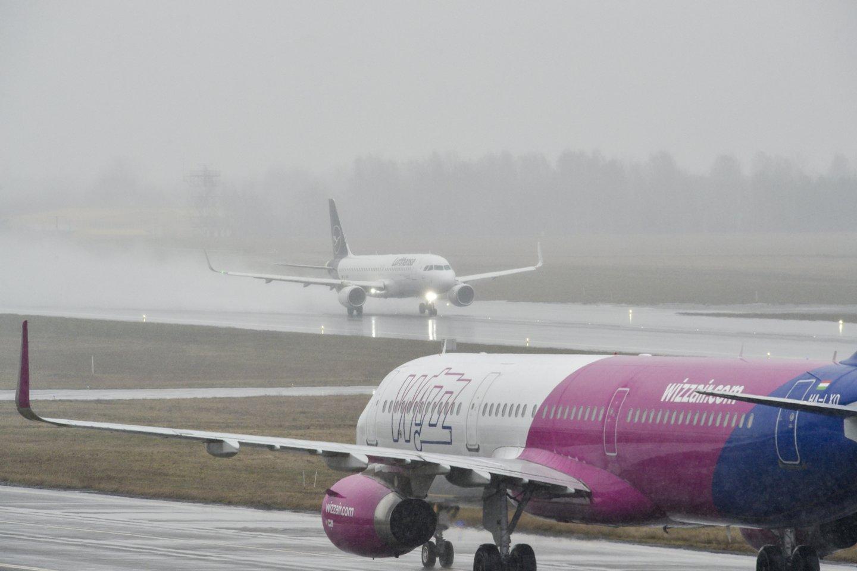 """""""Wizz Air"""" labai rekomenduoja keleiviams susisiekti su atsakingomis institucijomis, kad gautų tikslią informaciją apie kelionių apribojimus ir patvirtinimus dėl kelionės sąlygų.<br>V.Ščiavinsko nuotr."""