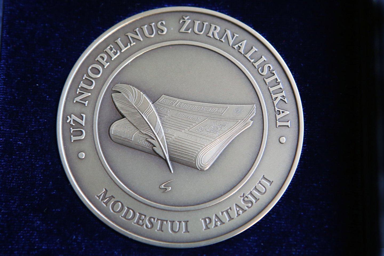 """M.Patašiui įteiktas medalis """"Už nuopelnus žurnalistikai"""".<br>A.Barzdžiaus ir M.Patašiaus nuotr."""